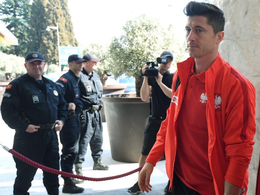 Kapitan i napastnik piłkarskiej reprezentacji Polski Robert Lewandowski w drodze do hotelu