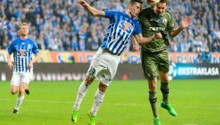Piłkarz Legii Warszawa Kasper Hamalainen (P) strzela zwycięskiego gola podczas meczu Ekstraklasy z Lechem Poznań