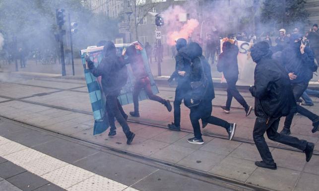 9069fad08f22c Wśród demonstrantów byli przedstawiciele środowisk anarchistycznych oraz  wielu migrantów, w tym także kilka kobiet w nikabach. Jedna z nich  pokazywała dłoń, ...
