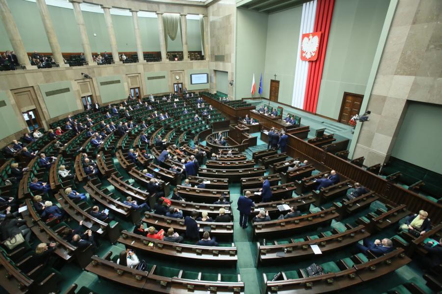 Posłowie zbierają się na sali obrad podczas posiedzenia Sejmu
