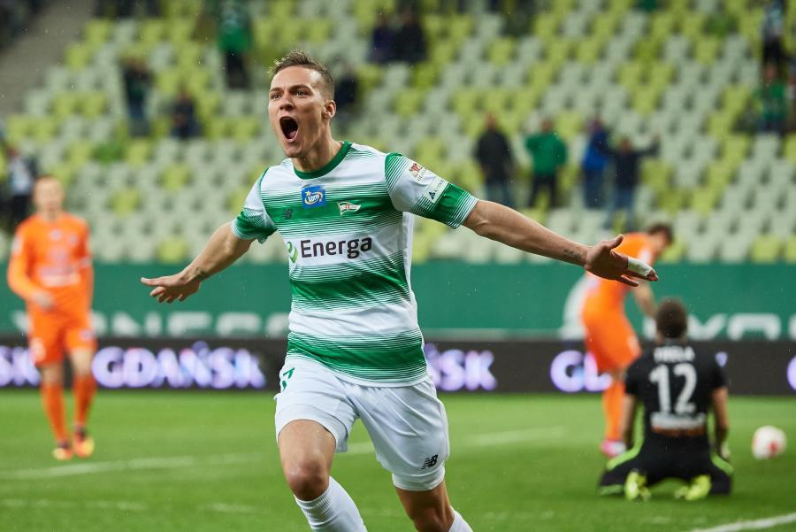 Zawodnik Lechii Gdańsk Lukas Haraslin cieszy się z bramki strzelonej drużynie Bruk-Bet Termalice Nieciecza