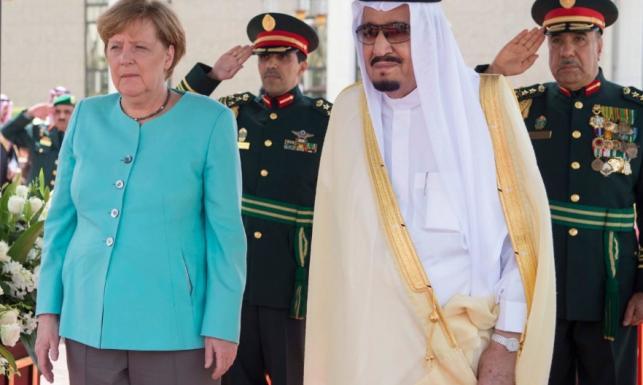 Zrobiła to! Angela Merkel jawnie pogwałciła zasady ubioru kobiet na spotkaniu z królem Arabii Saudyjskiej. FOTO