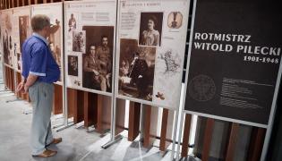 """Zwiedzający oglądają wystawę czasową """"Rotmistrz Witold Pilecki 1901-1948"""""""