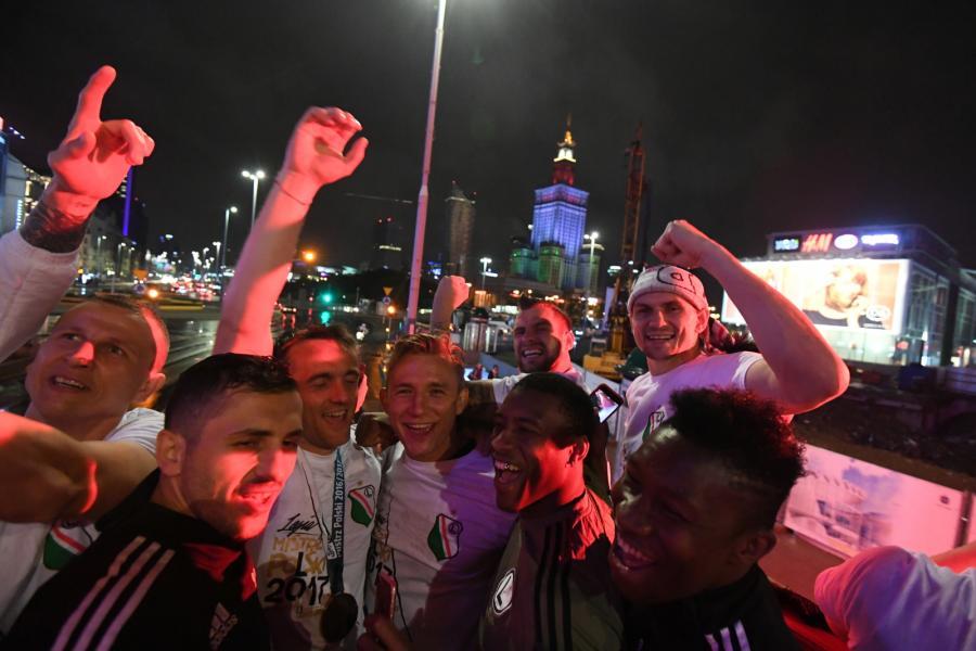 Drużyna Legii Warszawa świętuje z kibicami na Placu Zamkowym zdobycie tytułu mistrza Polski 2016/2017