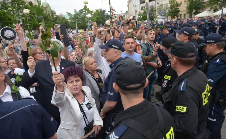 Uczestnicy kontrmanifestacji przed kościołem św. Anny w Warszawie