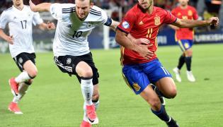Reprezentant Hiszpanii Marco Asensio (P) oraz Maximilian Arnold (C) z Niemiec podczas finałowego meczu piłkarskich mistrzostw Europy U21