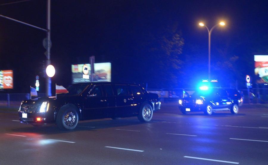 Kolumna pojazdów z limuzyną z prezydentem Stanów Zjednoczonych Donaldem Trumpem