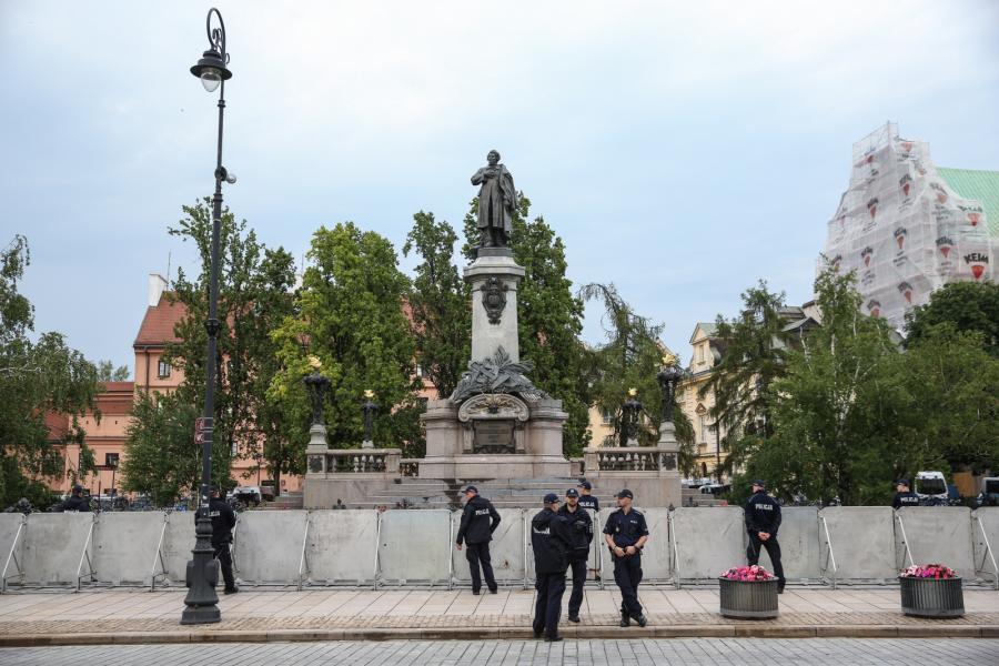 Zabezpieczone barierkami i kordonami policji Krakowskie Przedmieście