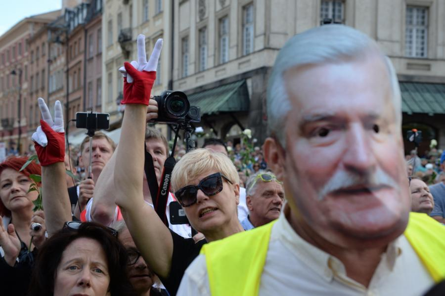 Uczestnicy kontrmanifestacji gromadzą się na pl. Zamkowym