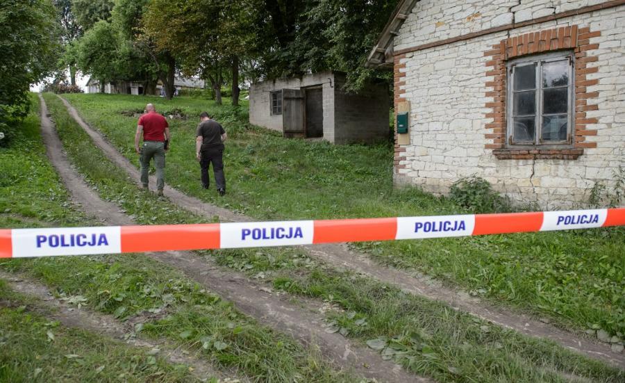 Policjanci na terenie posesji we wsi Piaski Szlacheckie