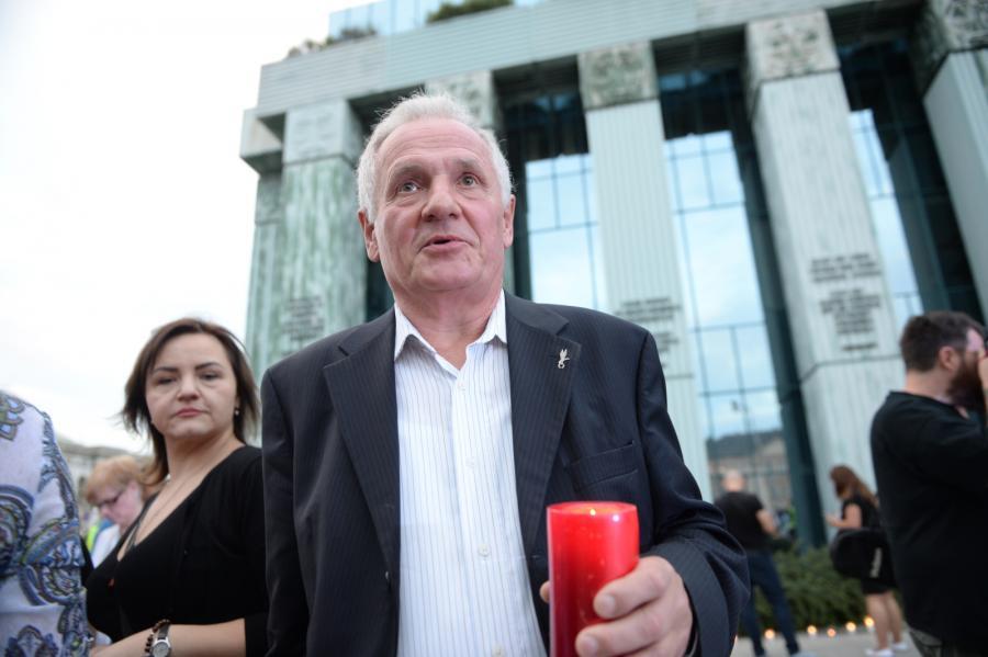 Były opozycjonista Zbigniew Bujak przed siedzibą SN