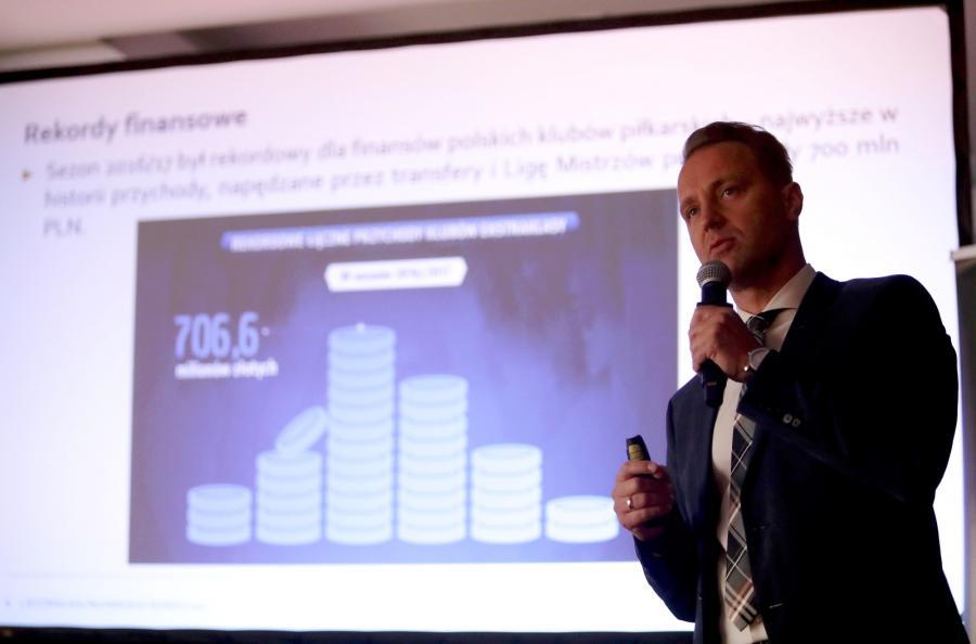 Prezes piłkarskiej Ekstraklasy Dariusz Marzec podczas prezentacji raportu