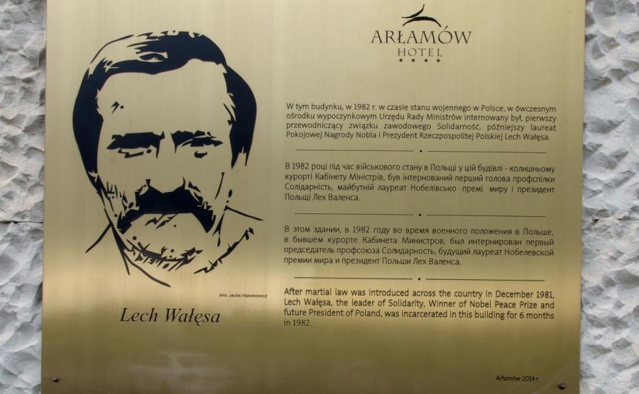 Tablica Lecha Wałęsy na ścianie hotelu w Arłamowie, gdzie internowany był pierwszy przewodniczący Solidarności