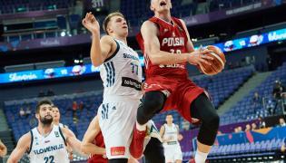 Zawodnik reprezentacji Polski Adam Waczyński (P) i Luka Doncic (C) ze Słowenii