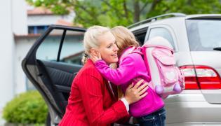 Pożegnanie dziecka przed szkołą