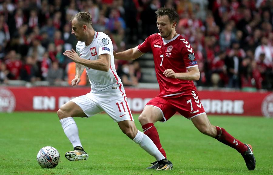 Kamil Grosicki (L) i William Kvist (P)