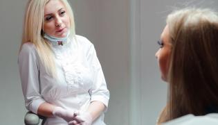 Stomatolog rozmawia z pacjentką