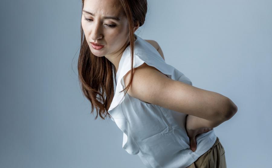 Kobietę boli biodro