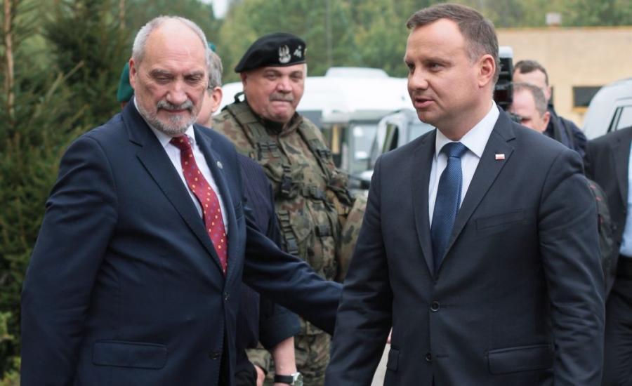 Prezydent Andrzej Duda (P) i minister obrony Antoni Macierewicz (L) na poligonie w Drawsku Pomorskim