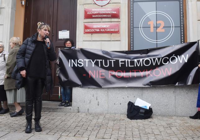 Była dyrektor PISF Agnieszka Odorowicz w czasie pikiety filmowców i aktorów przed siedzibą Polskiego Instytutu Sztuki Filmowej w Warszawie