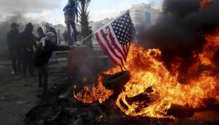 Palestyńczycy palą amerykańską flagę