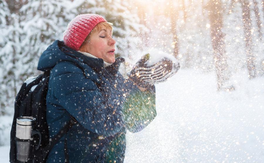 Kobieta na spacerze zimą