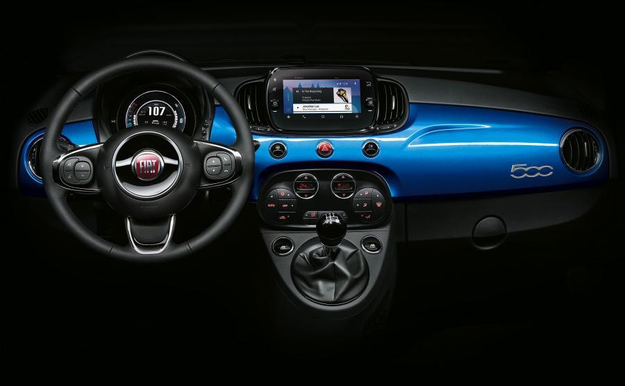 Fiat 500 Mirror. Klasyczny Uconnect został dopełniony 7-calowym ekranem dotykowym z systemami Apple CarPlay, Android Auto i Mopar Connect. Metalowe elementy wnętrza pokryto lakierem Italia Blue