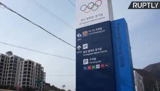 W miejscu domów konstrukcje informujące o igrzyskach