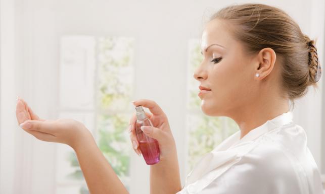 Sama szyja nie wystarczy! Które miejsca na ciele perumować, żeby osiągnąć najlepszy efekt?