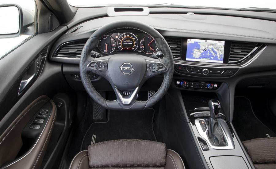 GSi w środku poznasz o podciętej o dołu kierownicy, głębokich fotelach i czarnej podsufitce. Opel nie poskąpil elektronicznych bajerów. Lista obejmuje aktywny tempomat, wyświetlacz Head up i kamerę 360°. Pomocną dłoń w nagłym wypadku poda osobisty asystent OnStar. Standardowe wyposażenie obejmuje system Navi 900 IntelliLink, kompatybilny z Apple CarPlay i Android Auto