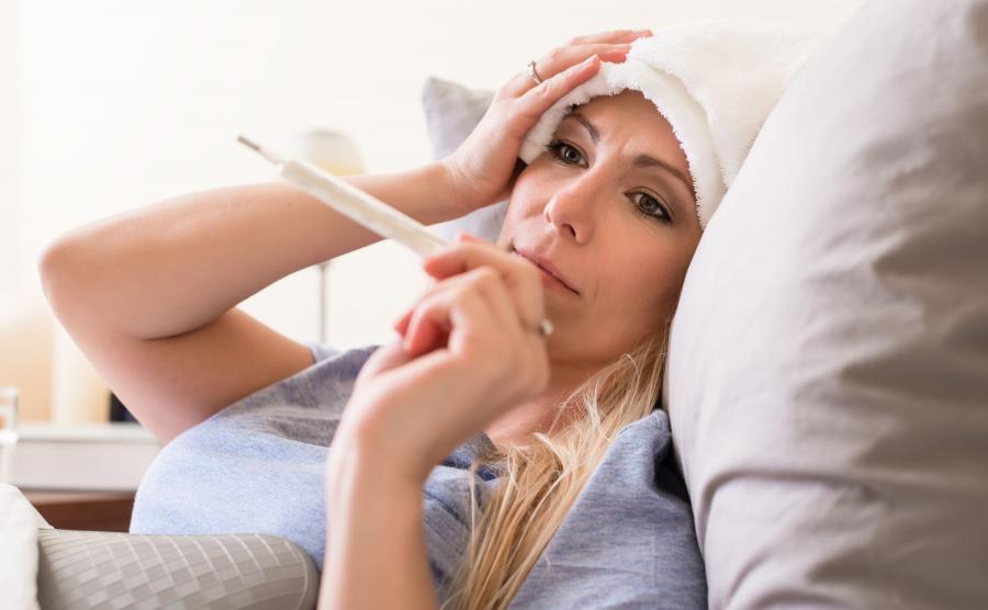 Chora kobieta ma gorączkę