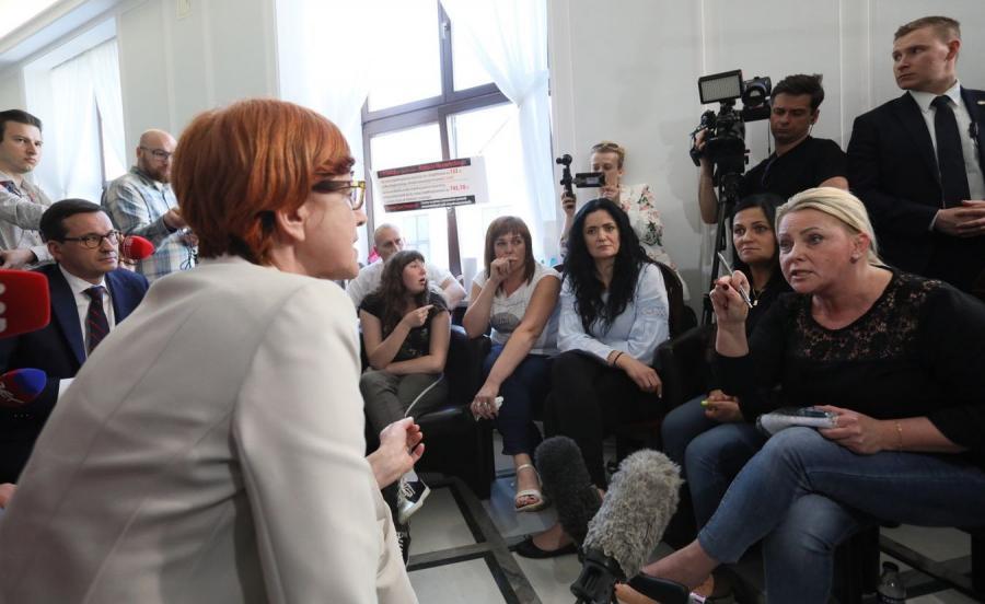 Minister Rafalska i protest rodziców osób niepełnosprawnych