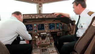 Piloci w kabinie samolotu pasażerskiego