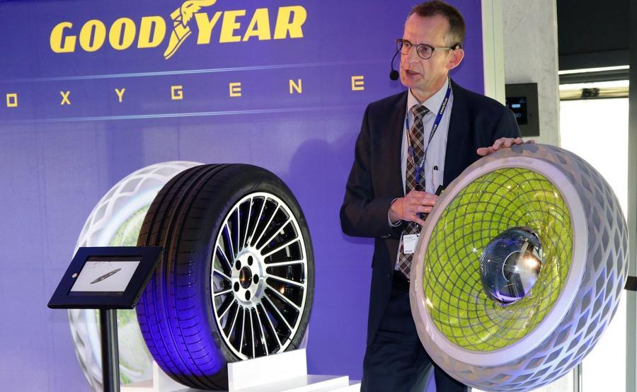Goodyear Oxygene i  Percy LeMaire, dyrektor ds. technologii opon osobowych, Centrum Innowacji Goodyear w Luksemburgu