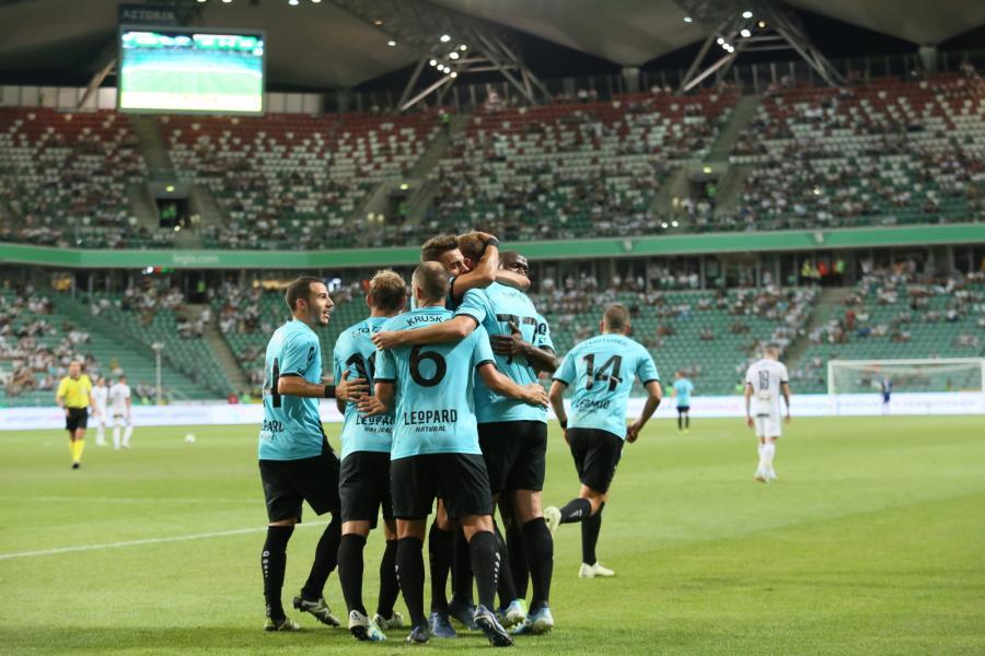 Radość zawodników F91 Dudelange ze zdobytej drugiej bramki podczas pierwszego meczu 3. rundy eliminacyjnej piłkarskiej Ligi Europejskiej z Legią Warszawa