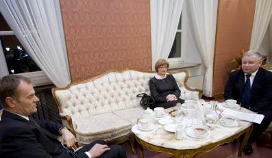 Kaczyński-Tusk: Kto był bardziej spięty?