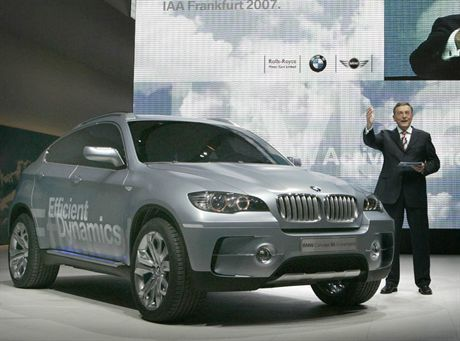 Norbert Reithofer, CEO of German carmaker BMW presents the company\'s new X6 ActiveHybrid concept car during the international car show IAA in Frankfurt September 11, 2007. The world\'s biggest car show will be open to the public from September 13 to 23. REUTERS/Alex Grimm (GERMANY)