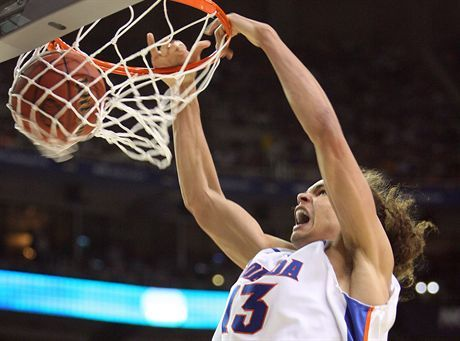 Florida\'s Joakim Noah puts away a slam dunk during the second half against UCLA in the NCAA Final Four semifinals at the Georgia Dome in Atlanta, Georgia, Saturday, March 31, 2007. (Gary W. Green/Orlando Sentinel/MCT)