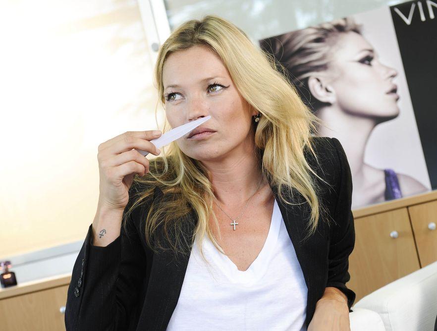 Kate Moss testuje swój nowy zapach.