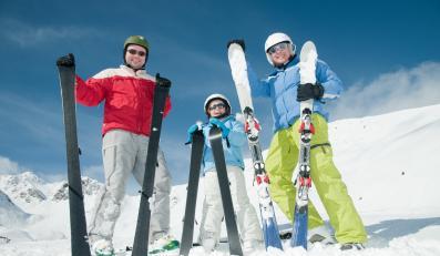 Rodzina na nartach - zdjęcie ilustracyjne