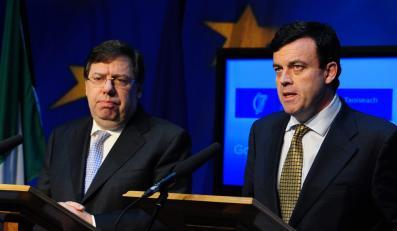 Seria wpadek premiera Briana Cowena i bankructwo irlandzkich finansów przyczyniają się do popularności opozycji