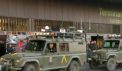 Wojskowe pojazdy w gotowości przed lotniskiem Barajas