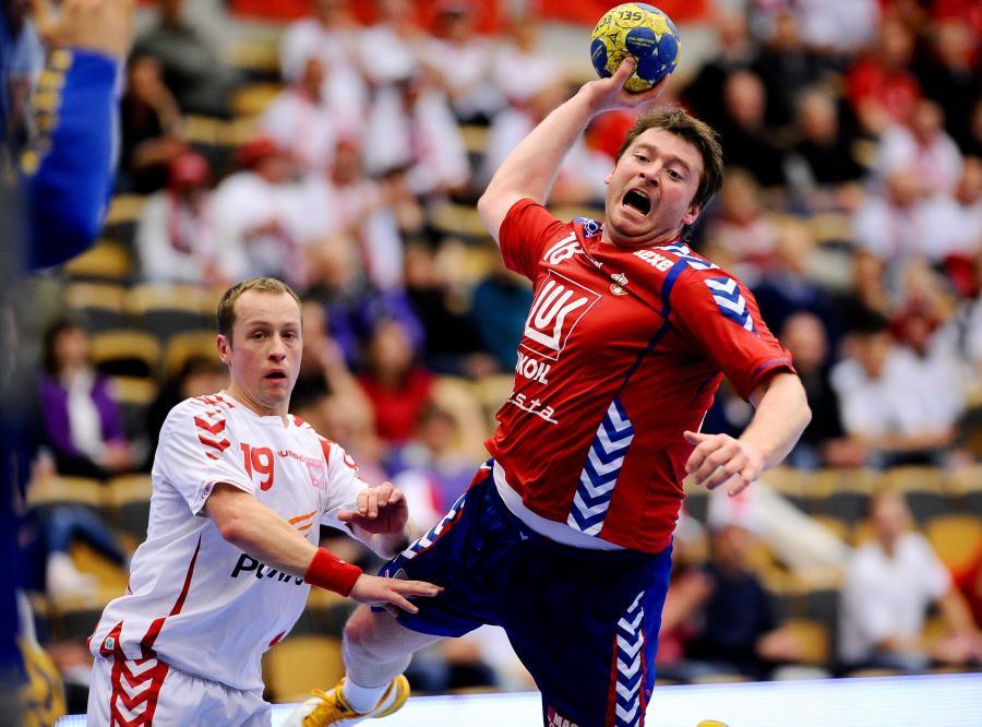 Tomasz Tłuczyński stara się powstrzymać serbskiego zawodnika