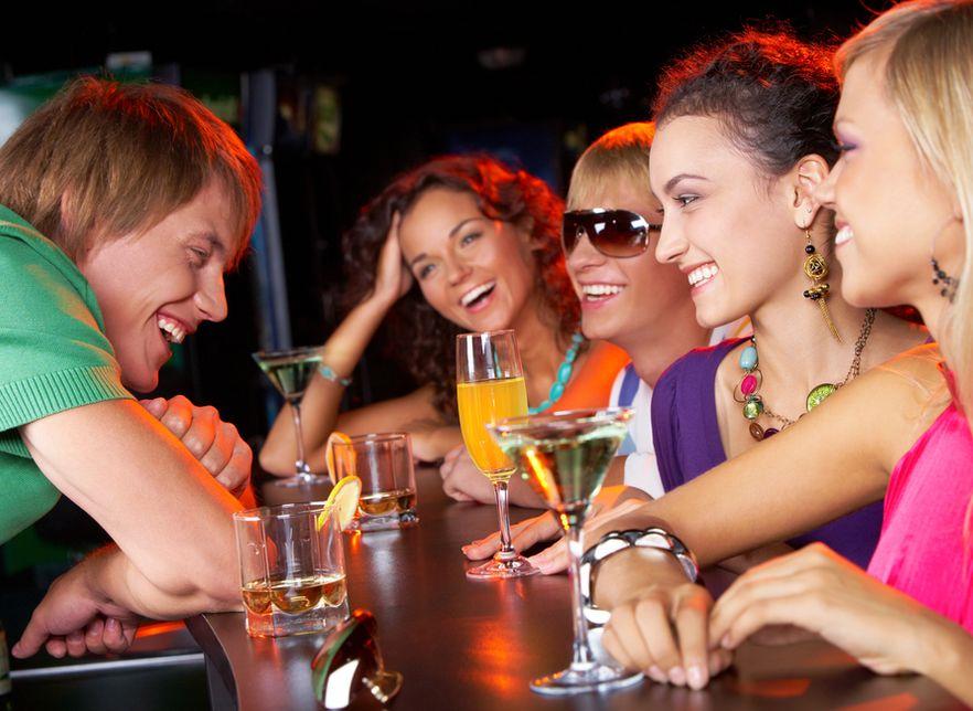 Две девушки и один парень на вечеринке порно161