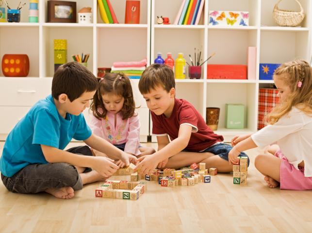 Dzieci zwykle chętnie bawią się z równieśnikami