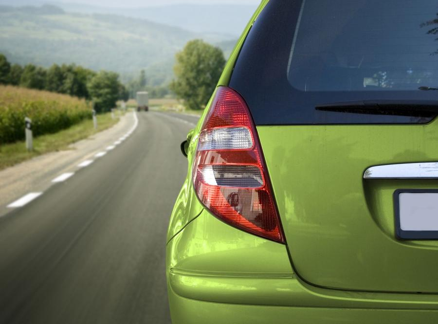 PE chce ograniczeń prędkości i blokad antyalkoholowych w nowych autach
