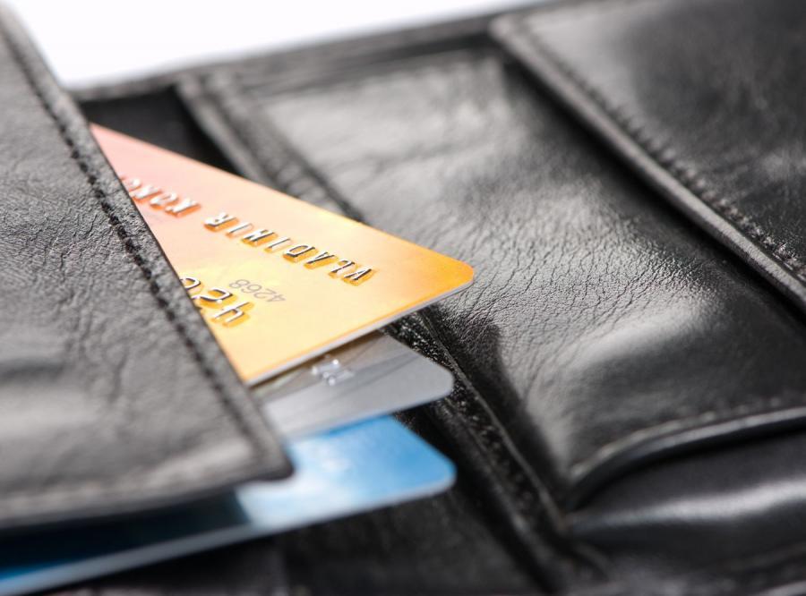Wielu Polaków nieodróżnia karty bankomatowej od kredytowej