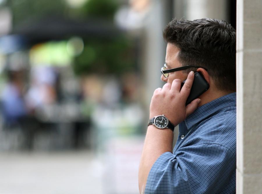 Mężczyzna z telefonem (zdjęcie ilustracyjne)