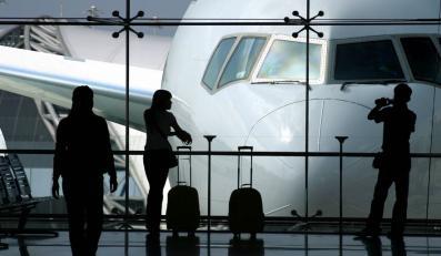 Turyści czekający na lotniku
