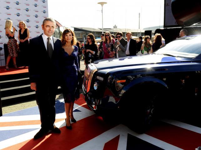 Rowan Atkinson z żoną Sunetrą Sastry